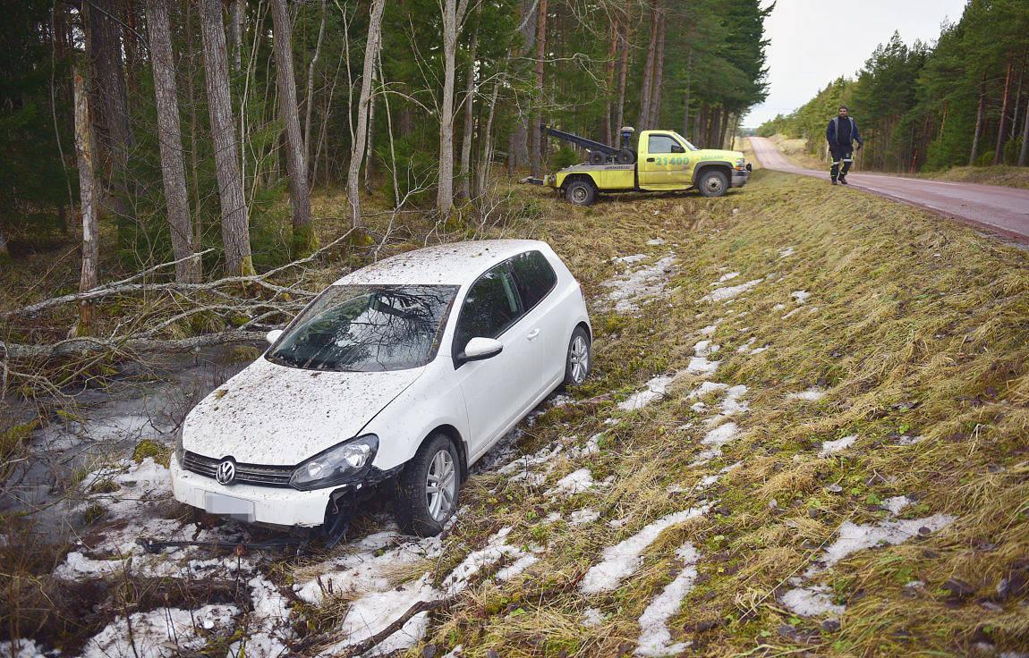 KÖRDE AV VÄGEN En personbilsförare körde av okänd anledning av vägen i närheten av Bomarsund. Bilen fick bärgas från platsen.