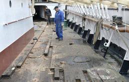 FÅTT UPP FARTEN För var dag som går går det fortare för Pommernarbetarna att avlägsna det gamla däcket.