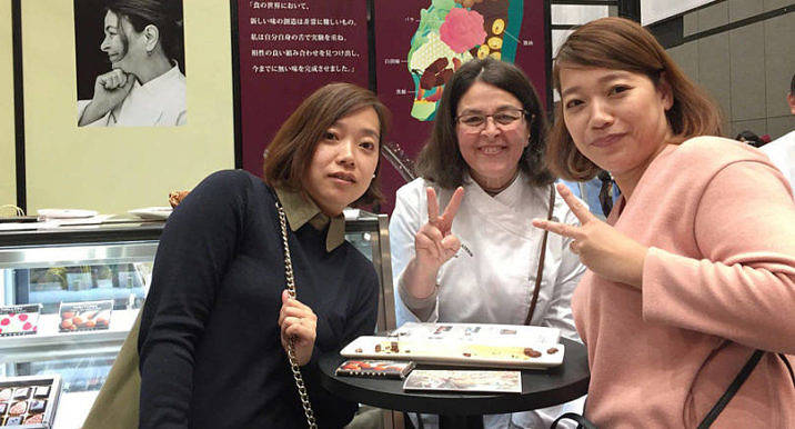 Bland chokladjättar som Pierre Hermé, Jean-Paul     Hévin och Christine Ferber deltog Mercedes Winquist med sina chokladprodukter i Salon du Chocolat i Japan. Många av kunderna ville ha hennes autograf och ta en    bild tillsammans med henne. –Jag köpte och smakade förstås på massor av andras produkter.
