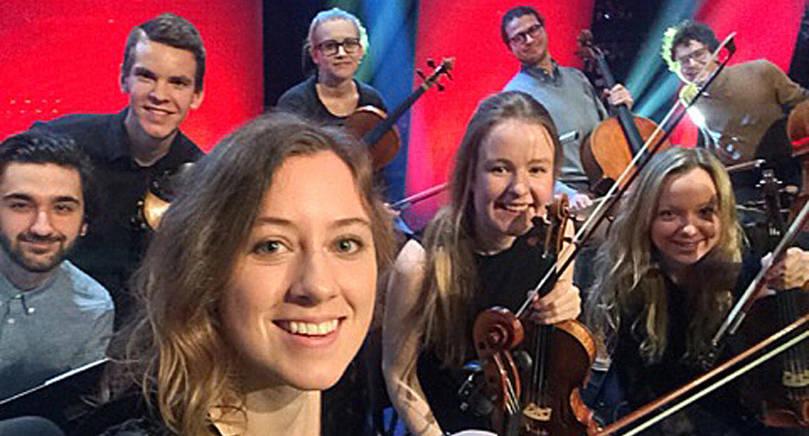 """STRÅKAR FÅR STORPUBLIK Zaida Ponthin med stråksektionen som hon satt ihop för fredagens """"Skavlan"""". Bilden togs på soundchecken i tv-studion i Stockholm på onsdagseftermiddagen."""