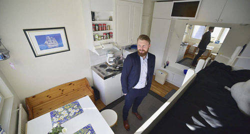 KOMPAKT I den lilla lägenheten på Torggatan i Mariehamn ryms både säng, kokvrå, förvaring och matbord. –Man har allt man behöver, säger fastighetsförmedlare Tomas Lyyski.
