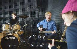 AKUSTISKT Liam Kagg, Nick Sjöholm och Ylva Hagmark-Cooper var snabba med att plocka upp sina favoritinstrument.