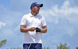 DUBBLA MEDALJER Öspelsräven Johan Lindholm har två öspelsmedaljer i bagaget från golfen. På bilden ser vi honom i öspelen 2013 på Bermuda, då han tog brons i den individuella tävlingen. Han har också ett lagguld från öspelen 1999 på Gotland.