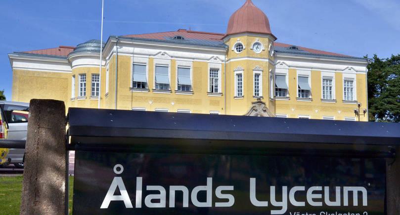 FÖRSÄMRING Landskapsregeringen anser att förslaget från svenska universitets- och högskolerådet kommer att göra det svårare för studerande i Ålands lyceum att få en studieplats.