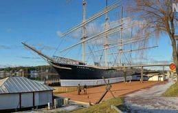 KORREKT BILD Pommernkommittén presenterade i går den här bilden över hur det kan se ut när dockan är klar. Notera kobryggan som förbinder fartyget med Ålands sjöfartsmuseum.