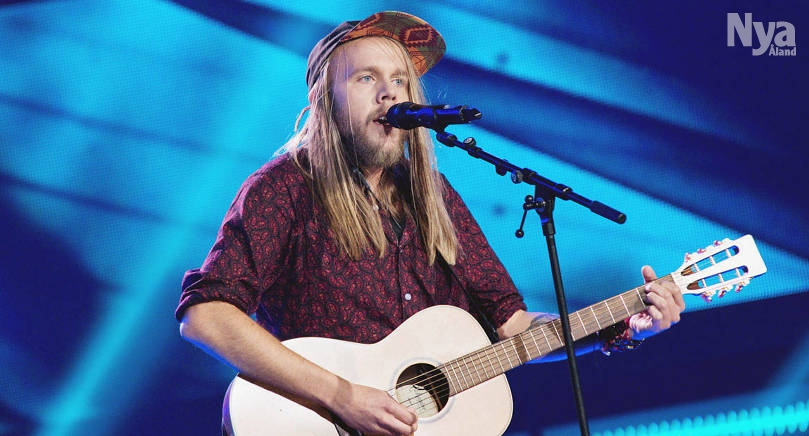 SUCCÈ Yohan Henriksson gick i fredags vidare i sångtävlingen the Voice of Finland. –Jag hade aldrig kunnat föreställa mig att det skulle bli en sån stor grej av det, men det känns väldigt kul, säger Yohan Henriksson.