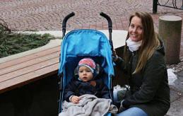 RESGLAD Sandra Snällström tycker om att resa. När Nya Åland träffar henne är hon med sitt barn på en promenad i stan.
