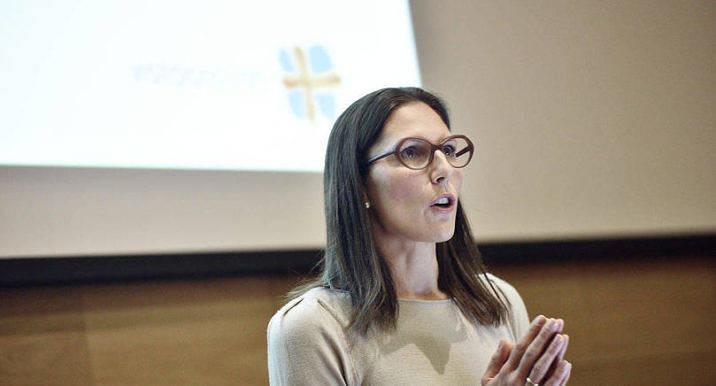 MUNKAVLE Visit Ålands vd Lotta Berner Sjölund har belagts med munkavle under den pågående polisutredningen. Hon berättade ändå så mycket hon kunde för medlemmarna på höstmötet i går kväll.