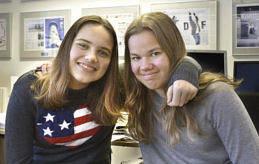 DIREKT IN I ARBETE Ida-Maria Sjölund och Alexandra Österman har jobbat en dag på Nya Åland. Där sattes de i arbete direkt med att skriva en Dagens ålänning.
