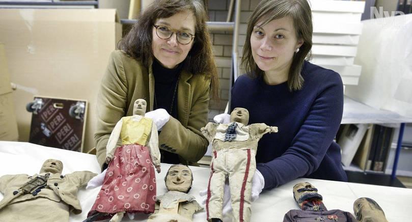 MED VITA HANDSKAR Konstintendent Susanne Procopé-Ilmonen och utställningsassistent Pia Norrmén hanterar Joel Petterssons dockor med största varsamhet.