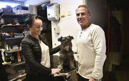 TÄNDER I GODA HÄNDER Christoffer Qvarnström och Stella besökte hundtandhygienisten Tarja Malmström