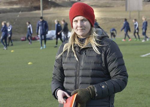 TÄVLINGSDEBUTERAR Maiju Ruotsalainen står redo att göra sin första ligamatch som huvudtränare                     för Åland United. Hon ser fram emot drabbningen mot FC Honka, som enligt henne påminner mycket om Åland United.