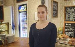 PRAOELEV Dagens ålänning Felicia Holmberg serverar kunderna på Bagarstugan.