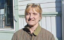 UTE I SOLSKENET I vårsolen står Berit Paulsson med ett brett leende på läpparna.