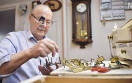 PILLIGT Det tar ungefär 2,5 timme för Martin Nordlund att laga ett urverk. Förstoringsglasögonen är till bra hjälp när man har många smådelar att hålla reda på.