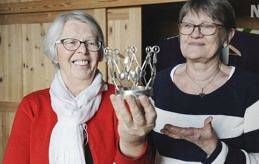 FYND Elisabeth Dahlén och Sigbritt Fagerström från östra Saltviks Marthaförening har letat i gömmorna efter dolda skatter att visa upp på söndag. Med på utställningen finns, bland annat, brudkronan tillverkad av Viking Sundberg som skänktes till församlingen 1952.