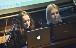 NÄSTA GENERATION Jorunn Lavonius och Norah Lång framträdde med en dikt i dialogform.