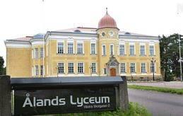 OSÄKERT RÄTTSLÄGE Från och med i år har svenska universitets- och högskolerådet valt att omvärdera meritvärdena på utländska betyg. Åländska gymnasieelever som har trott att deras betyg ska räcka till en viss utbildning inser nu att betygen kanske inte räcker till de populäraste utbildningarna.