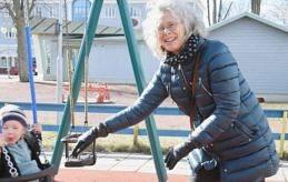 FRISK LUFT Dagens ålänning Tove Chanfreau är i lekparken med sitt barnbarn Siri medan Siris mamma är hemma och packar.
