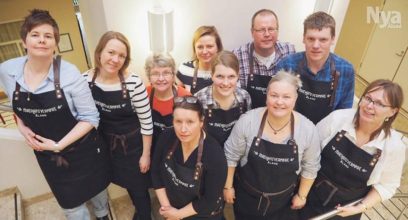 Från vänster Linda Båskman, Emelie Bergendahl, Agneta Wilhelms, Marja Tuomola, Jan Alm, Lars-Johan Mattsson, Jennifer Sundman. Främre raden från vänster: Nina Jansson, Anna Alm och Ros-Mari Ryberg-Ramsdahl