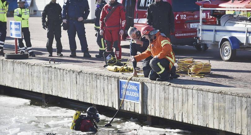 SAMBAND I fredags hittades två stulna bilar, den ena av dem under isen i Östra hamnen. Nu tror sig polisen se ett samband mellan fallen.