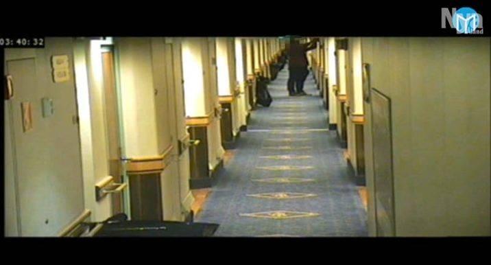 På Lt.se finns en film från övervakningskameran där man ser man hur mannen  vinglar runt i en hyttkorridor och skruvar loss en brandlarmsklocka.