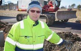 GRÄVANDE ARBETE Herbert Mattsson jobbar i ett dike nära nya cykelbanan i Jomala.