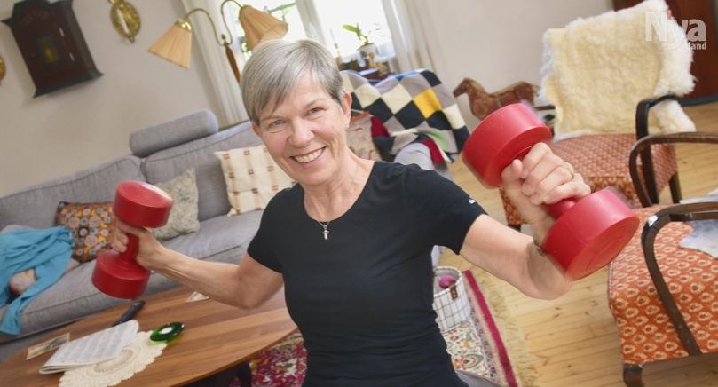 ÖVERLEVARE Brita Erlandsson har genomgått en av de största cenceroperationerna på Åland genom tiderna. Numera tränar hon flitigt, både på gym och hemma framför tv:n, allt för att så långt som möjligt hålla sig frisk och stark.
