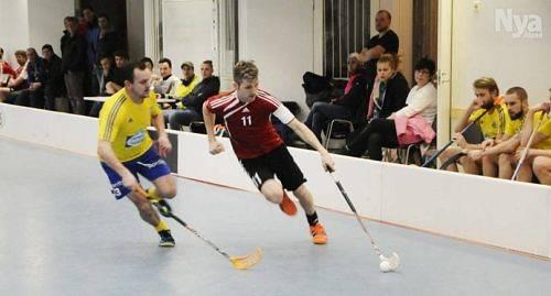 NY MATCH VÄNTAR I och med att rödklädda Pro-09 vann onsdagens semifinal mot Lemlands IF väntar en tredje och avgörande semifinal lagen emellan. Den spelas nästa vecka onsdag. På bilden ser vi LIF:s Markus Karlsson och Pro-09:s David Holmberg.