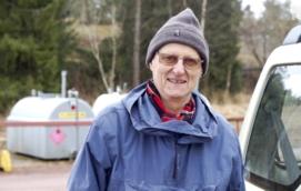 MOT MIDSOMMAR Lars-Håkan Lahti ska pälsa byns midsommarkronor för att nya ska bindas.