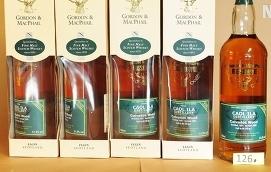 BESLAGTAGNA När polisen gjorde husrannsakan hos butikschefen togs stora mängder whisky och annan alkohol i beslag.
