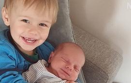 Travis, 2 år, visar upp sin lillebror Enzio, som föddes den 21 mars klockan 14.57 med längden 48,5 cm och vikten 33315 gram. Föräldrar är Sofia Wickström och Tommy Söderström. Familjen bor i Lemland Knutsboda.