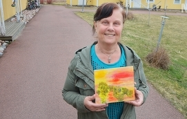 FÄRGSTARK Dorita Sundberg låter humöret styra färgvalet när hon målar tavlor.