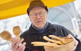 HANTVERK Kurt Engman står på påskmarknaden och säljer sina trähantverksprodukterna. Trähantverk, som han började med efter pensionen, är en hobby som tar upp mycket av hans tid.