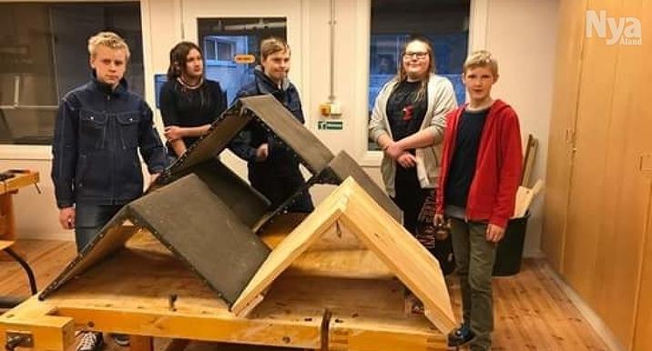 TALKA Med stor iver, såg, hammare, och en försvarlig mängd spik tillverkades ådtak av (från höger) Samuel Dreyer, Amanda Larsson,  Calle Pettersson, Taissija Pettersson och Rasmus Rinne.