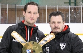 """DUBBLA PRISER Målvakten Henri Aaltovirta premierades med två priser – Risto Leivo-priset och Kalle Larsson-priset. Här ser vi Henri Aaltovirta tillsammans med A-lagets huvudtränare Kenneth """"Kena"""" Westerback."""