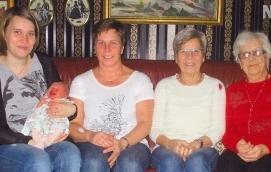 FEM GENERATIONER Från vänster Erica Blomqvist med dottern Sigrid Englund, mormor Carina Mattsson, mormors mor Siv Mattsson och mormors mormor Alina Friberg.