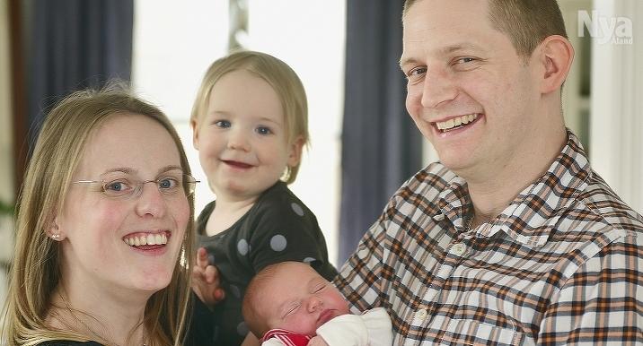 Den 17 april klockan 13.44 fick 1 år och 8 månader gamla Ilse Berglund en lillasyster som ska heta Sigrid. Hon var 50 cm lång och vägde 3505 gram vid födseln. Föräldrar är Ellida och Krister Berglund i Jomala Ytterby.