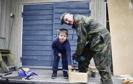 TEAMWORK August Eriksson får hjälp av Karl-Anders Lindholm med att borra ett hål i sin nybyggda fågelholk.