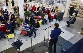STORT INTRESSE Cirka 70 personer deltog i Ålands första Story Sharing Café. Här berättar Vitali Repin om första gången han kom till Mariehamn.