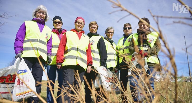 SAMLAS KRING SKRÄPET Frejorna var flitiga skräpplockare. Från vänster Lena Holmberg, Tuula-Riitta Nyström, Margit Grönlund, Suzanne Lundberg, Eva Rundberg, Kristina Isaksson och Pia Eriksson.