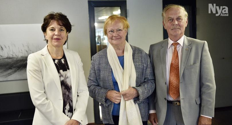 PÅ SLUTRAKAN Ålandskommitténs betänkande överlämnas till minister Anne Berner den 16 juni.  På bilden utrikespolitiska institutets direktör Teija Tiilikainen, president Tarja Halonen och riksdagsrådet Gunnar Jansson.