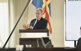 OVILJA ATT HITTA GEMENSAMMA LÖSNINGAR Folkomröstningar, som Bert Häggblom förespråkar, tyder snarast på att det inte finns politiskt mod att kompromissa i svåra frågor.