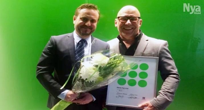 Försäljningsdirektör Kenneth Gustavsson och intendent Roger Silfvast på Rosella mottog priset.