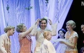 I CENTRUM Mezzosopranen Jenny Carlstedt spelar fotografen Lahja, som librettot kretsar kring.