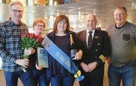 JUBILEUMSGÄST Här firas Eckerölinjens tionde miljonte passagerare. Från vänster  Lars Olofsson, Ingbritt Jonsson, Ann Jonsson, kapten Christer Edström och Ingvar Jonsson.