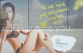 REKLAM FÖR KYRKODAGAR Har en lättklädd trådsmal tjej något med kyrkans budskap att göra? Efter starka protester har reklamen tagits bort.