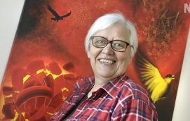 MEDISMILJÖ Med kreativitet, folkmusik och Islandshästar trivs Siv Ekström allra bäst. Nu fyller hon 60 och börjar efter sommaren en ny karriär som Medisrektor. Tavlan är målad av Malin Oscarius.