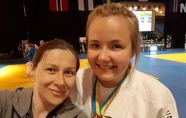 NÖJD Emma Pasanen har nyligen återupptagit tävlandet efter en paus på åtta år. Med tanke på det är hon väldigt nöjd över att ha tagit medalj i NM. Här ser vi henne tillsammans med tränaren Loredana Lari.