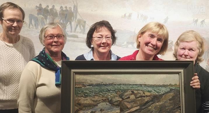 NYFÖRVÄRV Styrelsemedlemmarna Carita Roman, Sigbritt Finne, Isabella Oesch-Lönnqvist, Britt-Inger Wahe och Berit Brandt visar upp den nya Joelmålningen.